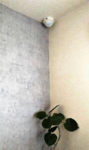 コンクリート柄の壁紙へセルフリフォーム